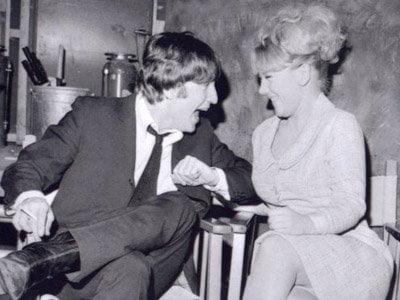 John Lennon'ın ilk kız arkadışının adı Thelma Pickles'dı.